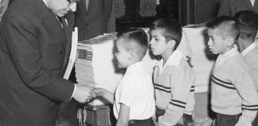 Enero de 1960: por primera vez, los niños de México reciben libros de texto gratuitos