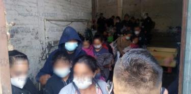 Hallan a 42 migrantes centroamericanos encerrados en casa de centro de México
