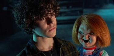 Fotograma cedido por el canal Syfy donde aparece el actor Zackary Arthur como Jake Wheeler y el muñeco diabólico Chucky.