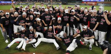 Los jugadores de los Bravos de Atlanta posan para una foto grupal mientras celebran su pase a la Serie Divisional de la Nacional