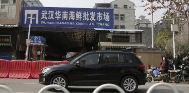Vista exterior del mercado Huanan de Wuhan, donde se dio el primer brote conocido de COVID-19, en una imagen de archivo (EFE / EPA / STR).