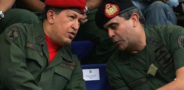 Imagen de 2006 del exministro de Defensa Raúl Baduel junto al entonces presidente Hugo Chávez (EFE)