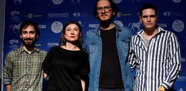 Foto: (EFE) Los actores César Ramones y Leticia Huijara, junto al director Jaiziel Hernández y el actor Miguel Narro.