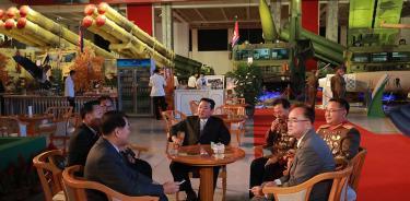 Kim Jong-un (centro) habla con otros altos cargos del régimen durante la exhibición de armas del lunes en Pyonyang (EFE / EPA / KCNA).