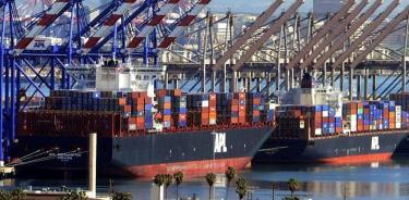 Contenedores comerciales estacionados en los puertos de Los Ángeles y Long Beach el 12 de febrero de 2015, en Los Ángeles (EFE).