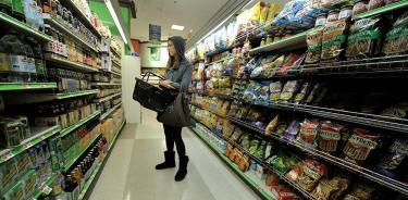 : Una mujer revisa productos en un supermercado de EU, en una imagen de archivo (EFE / Justin Lane).