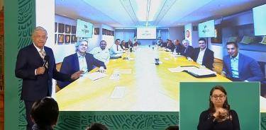 Andrés Manuel López Obrador muestra la fotografía de la reunión entre líderes de partidos y Claudio X. González