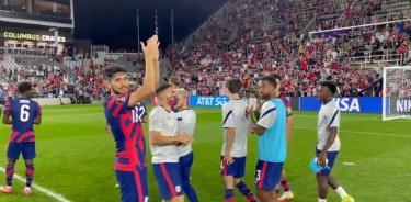 Los jugadores de Estados Unidos agradecen al público su apoyo
