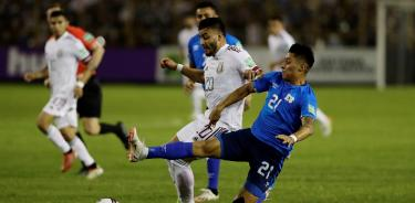 Alexis Vega disputa el balón ante la marca del salvadoreño, Bryan Tamacas