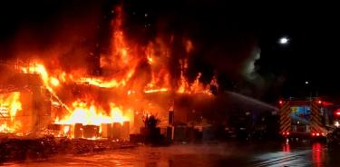Bomberos combaten el incendio del edificio (EFE)